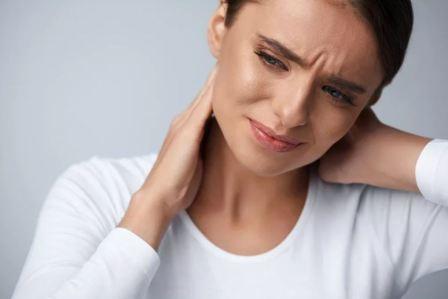 Почему болит шея и что делать?